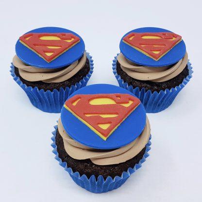 Tematicke cupcakes superman